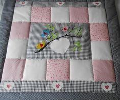 Knitting Patterns Girl Baby blanket quilt by LanaBW on Etsybaby blanket quilt This is so cute!Babydecke Quilt Patchwork Decke Babydecke scherzt Decke Source by selmayucelenlike it with a lg scale Quilt Baby, Quilted Baby Blanket, Easy Baby Blanket, Patchwork Blanket, Baby Quilt Patterns, Baby Girl Quilts, Knitted Baby Blankets, Girls Quilts, Patchwork Quilting