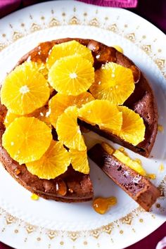 #Schokolade und #Orange sind ein echtes Dreamteam! Deshalb fiel uns bei diesem cremigem #Schokoladenkuchen kein besseres Topping ein, als Orangenfilets und Aprikosen-Konfitüre. Die fruchtige Süße harmoniert einfach perfekt mit dem Geschmack von #Maronenpürree und #Zartbitterschokolade. Und dank untergehobenem #Eischnee wird der Teig auch noch schön fluffig! #orangenkuchen #kuchenbacken #backen Grapefruit, French Toast, Muffins, Cupcakes, Breakfast, Food, Chocolate Cakes, Popular Recipes, Easy Meals