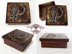 Caixa em madeira pintada à mão e Lobo estilo Tribal em alumínio na tampa. Tamanho 15cm x 15cm x 5,5cm Detalhes em latonagem na tampa, com efeito envelhecido. Peça à venda. Interessados entrar em contato deborajtozze@gmail.com