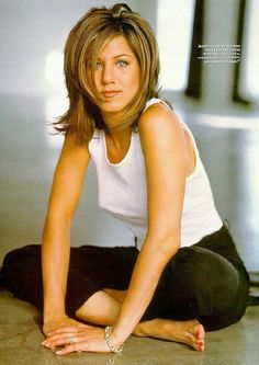 Jennifer Aniston's Hairstyle - Here's How To Get The Look Jennifer Aniston, layered Rachel Green hai Jennifer Aniston Hair Friends, Jennifer Aniston Legs, Jennifer Aniston Pictures, Jennifer Anniston Short Hair, Jennifer Aniston Hairstyles, Rachel Green Hair, Jeniffer Aniston, Ponytail Wig, 90s Hairstyles