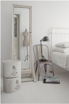 Bedroom with an iron bed. Metal chair as night stand + stacked hat boxes as table. Estilo Shabby Chic, Beautiful Interior Design, Deco Design, Design Design, Home Bedroom, Bedrooms, Shabby Bedroom, Shabby Vintage, Interior Exterior