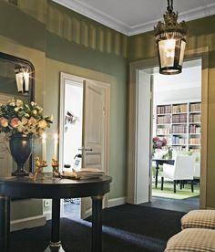 I hallen en egendesignad matta i sisal/ull och stor lykta från Mathilde. Bord och vas, båda Oscar& Clothilde, stolarna är arvegods. Ljusstakar från Gecco.