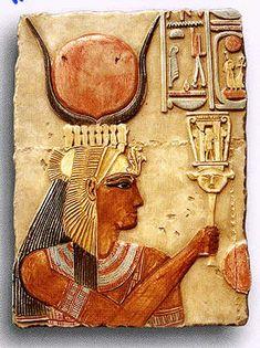 """Hathor, diosa cuyo nombre significa """"La Casa de Horus"""", por ser madre y a veces esposa de Horus; como tal la reina de Egipto se identificaba con Hathor. Su nombre puede escribirse como un halcón dentro de un cuadrado que representa la casa. Madre divina que renueva todo lo existente. Se identificaba con la vaca Mehet-Urt; así, establecida como señora del cielo, su relación con el dios Sol es la de guía; su aspecto es maternal y también es una personificación del cielo nocturno."""