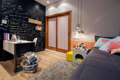 Quarto Adolescente: +95 Ideias e Projetos Originais para 2021 The Sims, Kids Bedroom, Corner Desk, Home Goods, Home And Garden, Nursery, Kids Rugs, Design, Furniture