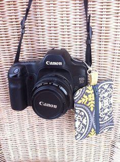 Camera accessory clip, cute center zip pouch.  Tutorial.  Free