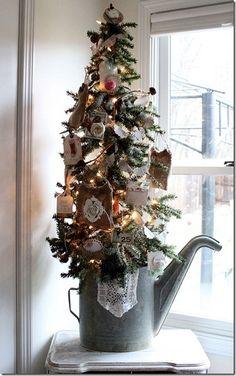 Habituellement utilisé au jardin ou pour les plantes d'intérieur, l'arrosoir prend toute sa place en décoration (source photo: http://pinterest.com/pin/16