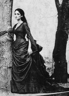 Winona Ryder as Mina in Bram Stoker's Dracula This photo is meant to look Victorian, so it's in black and white, and you don't know that the dress is blood red. Eiko Ishioka won the Academy Award for Costume design for this movie. Bram Stokers Dracula, Mina Harker, Dark Romance, Eiko Ishioka, Coppola, Charlie Chaplin, Victorian Gothic, Victorian Dresses, Victorian Fashion