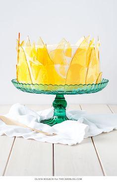 Pastel de crema Brûlée - receta de pastel de capas con la torta de vainilla, crema de vainilla y caramelo de azúcar fragmentos |  por Olivia Bogacki para TheCakeBlog.com