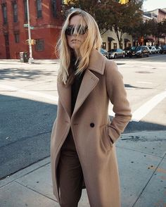 camel coat street style - We've got something KOOL just 4 Boho-Chics! These literally go viral! Camel Coat Outfit, Beige Outfit, Look Fashion, Fashion Outfits, Womens Fashion, Fashion Trends, Fall Fashion, Fashion Clothes, Fall Winter Outfits