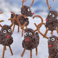 Colorado Parent: Hot Cocoa Reindeer Treats - These reindeer treats are almost too cute to eat. From author Ashley Fox Whipple, and her new book, Super Cute Crispy Treats: Nearly 100 Unbelievable No-Bake Desserts. Get the recipe here. Christmas Tree Cookies, Christmas Love, Holiday Cookies, Holiday Desserts, Holiday Baking, Christmas Candy, Holiday Treats, Christmas Treats, Sweet Desserts