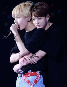 """Taehyung be careful "" Jackson. ""Run Taehyung runnnnn . ------ ""Please don't eat me "" Taehyung . Kookie Bts, Kim Taehyung, Bts Bangtan Boy, Foto Bts, Bts Photo, Namjin, Taekook, K Pop, V Bts Cute"