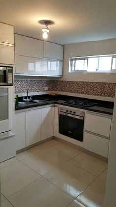 Browse photos of Small kitchen designs. Discover inspiration for your Small kitchen remodel or upgrade with ideas for organization, layout and decor. Kitchen Room Design, Kitchen Layout, Interior Design Kitchen, Kitchen Decor, Kitchen Stove, Kitchen Sets, New Kitchen, Kitchen White, Kitchen Small