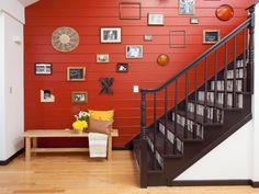 idée de déco escalier en bardage peint rouge et cadres photos sympas
