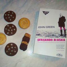 #fourfriendsforchallenge book and cookies Un'edizione non proprio recente di Cercando Alaska di John Green  #cercandoalaska #johngreen #libro #leggere #books #book #letture #amoleggere #libriovunque #amoilibri #lettori #dolci #biscotti #libri #romanzo #bookstagram #booklover #bookworm #bobliophile #bibliofilia #instapic #instagood #instalike #picoftheday #sweet #biscuits #instafood