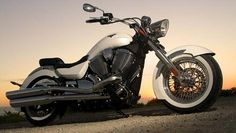 Victory Motorcycles presents the Boardwalk cruiser as a sleek classic cruiser, a mixture between the classic feel and the modern technology, a combination which aims to echo deep in the hearts of the Harley Fans.