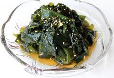Seaplant salad (Miyeok-muchim) I also like to add some yuzu or lemon juice to taste. Sea Weed Recipes, Raw Food Recipes, Veggie Recipes, Seafood Recipes, Asian Recipes, Vegetarian Recipes, Korean Side Dishes, Banchan Recipe, Seaweed Salad Recipes
