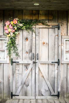 A quaint and low-key New England barn wedding with BBQ and a jug band // photos by Priyanca Rao Photography: http://priyanca.com || see more on http://www.artfullywed.com
