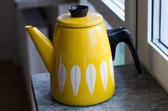 Gul kaffekanna, Cathrineholm Kitchenware, Tableware, Kettle, Tea Pots, Cool Designs, Kitchen Appliances, Retro, Future, Google