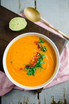 """Ich glaube, die Kürbissuppe ist eins der am meisten gebloggten Rezepte. Der Welt. Kein Essen schwappt im Herbst so sehr durch das Internet, wie dieses. Und ja, auch ich kann mich nicht davon freisprechen: Auf meinem Blog findet ihr bereits ein Rezept für Kürbissuppe mit Kokosmilch, Kürbis-Linsen-Suppe mit Granatapfelkernen und die Kürbissuppe im Kürbis aus dem Ofen (liebevoll """"Kürbis aus Perve ..."""