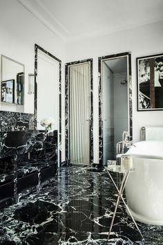 Salle de bains réalisée par Luis Laplace en marbre, composition florale d'Adrienne M, table en laiton