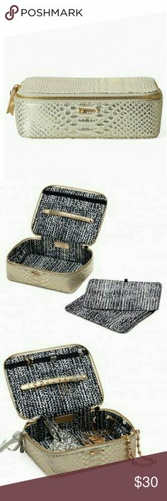 Jewelry Case Stella & Dot large jewelry case. Comes with 2 inserts to help keep jewelry organized without tangling. Zips for easy traveling. Perfect for travel or to use as jewelry box. Stella & Dot Accessories