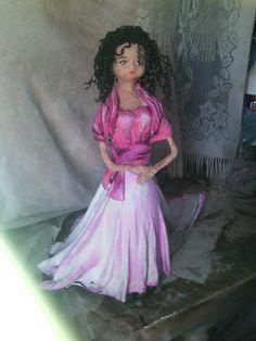 Olha minha primeira boneca feita na garrafa de vidro cabelos enrolados lindos