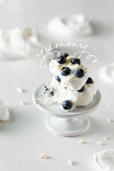 Food In Motion: White & Blue Dessert - Meringue Blue Desserts, Party Desserts, Just Desserts, Delicious Desserts, Dessert Recipes, Yummy Food, Dessert Healthy, Think Food, Love Food
