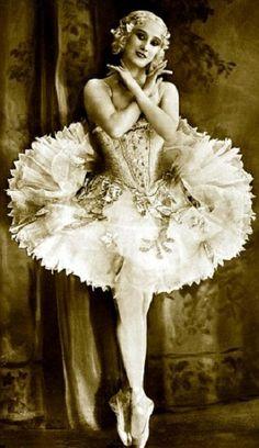 Russian Prima Ballerina Anna Pavlova in Beautiful Costume Vintage Ballerina, Ballerina Dancing, Ballet Dancers, Images Vintage, Look Vintage, Vintage Beauty, Anna Pavlova, Ballerine Vintage, Mr Selfridge