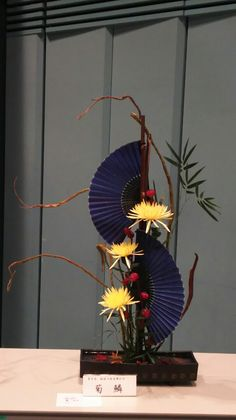 Types of Houseplant Bugs and Methods to Check Their Infestation Ikebana Arrangement Contemporary Flower Arrangements, Creative Flower Arrangements, Tropical Floral Arrangements, Ikebana Arrangements, Ikebana Flower Arrangement, Art Floral, Deco Floral, Japanese Flowers, Japanese Art