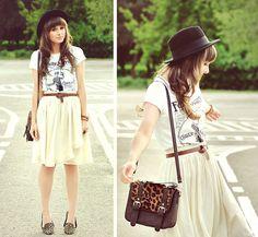 saia + camiseta + sapatilha
