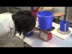 Katja van Breedam maakt een kleimodel en op basis daarvan een enkelvoudige gipsmal (10:32 minuten)