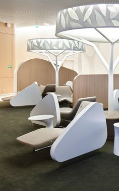 Airport Lounge Simulates An Urban Park To Soothe Harried Flyers With winding pathways and tree-like furnishings, Noé Duchaufour-Lawrance creates an escape from the stresses of air travel. Airport Lounge, Office Lounge, Lounge Design, Corporate Interiors, Office Interiors, Tree Interior, Airport Design, Lobby Lounge, Public Seating