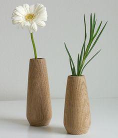 TORSO von applicata ist eine kleine, Deko-Vase aus Holz in mordernem, nordischem Design. Sie eignet sich ideal zum stilvollen Dekorieren mit Zweigen, Blüten und Co.