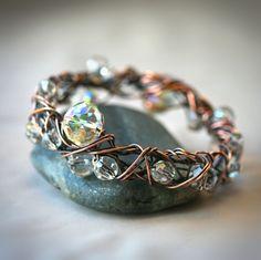 Brazalete hecho con alambre cobre y cristal checo.