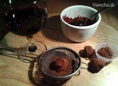 Vynikajúce pralinky pre tých, čo majú radi horkú čokoládu. Link na pôvodný recept  http://www.pastryaffair.com/blog/red-wine-chocolate-truffles.html. Na internete  nájdete veľa podobných, no ja som si vybrala tento, bez šľahačkovej smotany.  Ospravedlňujem sa za kvalitu fotiek, fotila som pri umelom svetle mobilom.