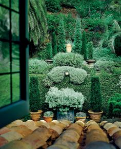 An Interior Designer Shares His Secrets To Achieving Timeless Style: outdoor-indoor; green garden as curtain for space inside. Love Garden, Lawn And Garden, Garden Pots, Home And Garden, Garden Hedges, Green Garden, Fresco, Landscape Design, Garden Design
