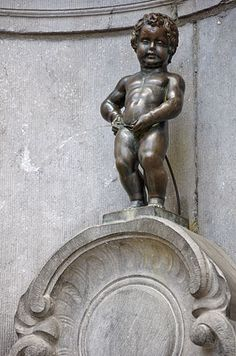 Manneken Pis is a famous Brussels (Belgium) landmark. It is a small bronze fountain sculpture depicting a naked little boy urinating into the fountain's basin. It was designed by Hiëronymus Duquesnoy the Elder and put in place in 1618 or Manneken Pis, Boys Peeing, Men Peeing, Statues, The Places Youll Go, Places To Go, Historical Sites, Pisa, Places To Travel