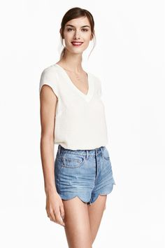 cc96c6f34cd3f Short low-rise shorts in washed denim with a button fly and scalloped hems.