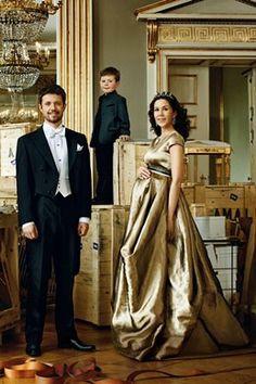 Kronprinz Frederik und Kronprinzessin Mary (pregnant, wearing a Talbot Runhof gown) von Denemark mit Prinz Christian - Deutsche Vogue