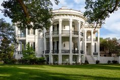 historic homes Southern Charm: 10 of the Most Historical Southern Plantation Homes With their historic architecture and stunning gardens, historical Southern plantation homes are full o Old Southern Plantations, Southern Plantation Homes, Plantation Style Homes, Southern Mansions, Plantation Houses, Louisiana Plantations, Old Southern Homes, Louisiana Homes, New Orleans Hotels