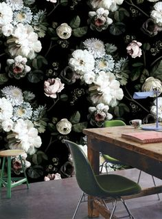 Les papiers-peints Dark floral d'Ellie Casham sont le type même de produit déco que l'on adore ou que l'on déteste. Décryptage et conseils déco.