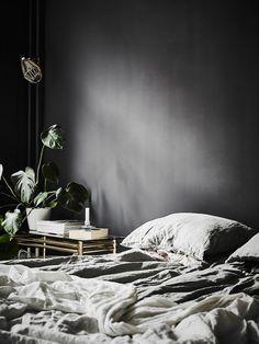 my scandinavian home: A dramatic Swedish space with black walls Dark Bedroom Walls, Dark Walls, Grey Walls, Bedroom Black, Black Bedrooms, Dark Cozy Bedroom, Gothic Bedroom, Trendy Bedroom, Master Bedrooms