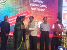 H.E. Mr. Trimurti, High Commissioner of India to Malaysia presenting the memento to the EPCH Coordinator. — at Global Indian Festival, Kuala Lumpur, Malaysia.