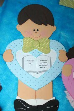 Niño en foami o goma eva con corazón al centro