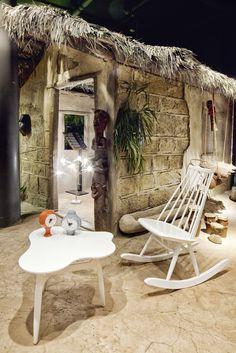 """TISCHLEUCHTE """"Birdie´s Busch"""" von Ingo Maurer. UHREN """"Ceramic Clocks"""" von Vitra, Design: George Nelson. TISCH """"Tee-Tee Table"""" von Artek, Design: Ilmari Tapiovaara. SCHAUKELSTUHL """"Mademoiselle Rocking Chair"""" von Artek, Design: Ilmari Tapiovaara."""