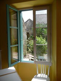Fenêtre de la cuisine, proche de la table