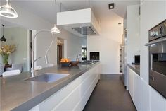 Grijs blad, witte keuken en donkere vloer