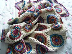This is beautiful!!! Squaring the Big Circle blanket by Betsy Makes. Tutorial by Signed by an Owl here http://signedwithanowl.blogspot.ie/2011/06/squaring-big-circle-tutorial.html