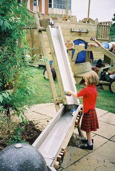 Waterbaan  Met behulp van dakgoten, plankjes, emmers en buizen maak je een waterbaan. Het is nog leuker als je echt hoog kunt beginnen zoals bovenop een glijbaan.