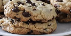 Make bakery-style chocolate chip cookies with these tips. Easy Cake Recipes, Baking Recipes, Dessert Recipes, Dessert Ideas, Skillet Recipes, Baking Tips, Yummy Recipes, Melting Chocolate Chips, Cookies
